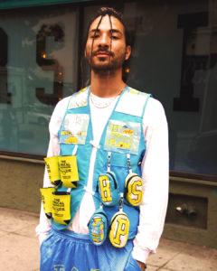 veste bleu et jaune faite à partir d'emballage de limonade
